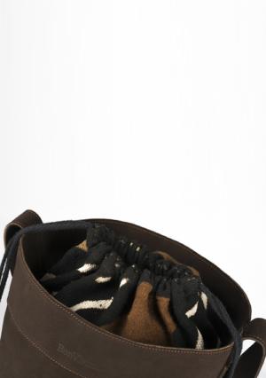 BonVivantBags - saco grande Sabah Marron Chocolate detalle cuello